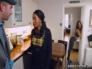 Kiki seduce al novio de su mama